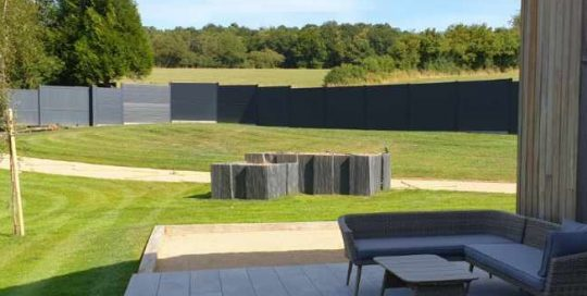 terrasse bois jardinières ardoise clôture brochard paysage pré en pail